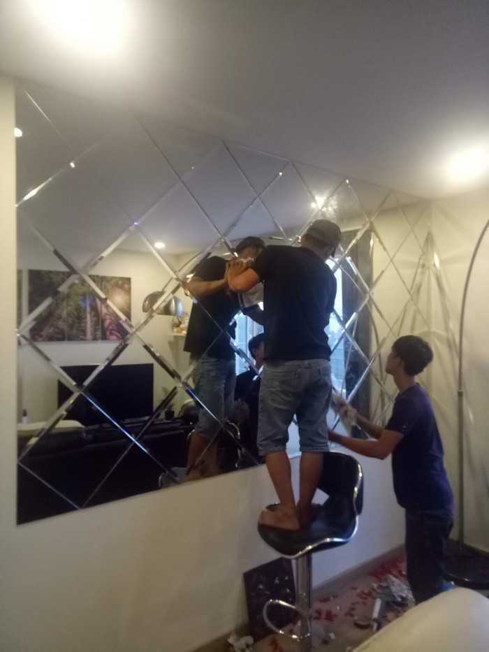Thi công kính trang trí ốp tường phòng khách