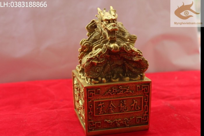 Ấn Cửu Long, Ấn Thăng Quan, Ấn Phong Quan, Ấn Rồng bằng đồng,Ấn Rồng,Ấn Đồng, Ấn đồng phong thủy Kích thước: 10cmx10cm cao 15cm Kích thước lớn hơn: 15x15cm cao 18cm Chất liệu: Đồng vàng nguyên chấ3