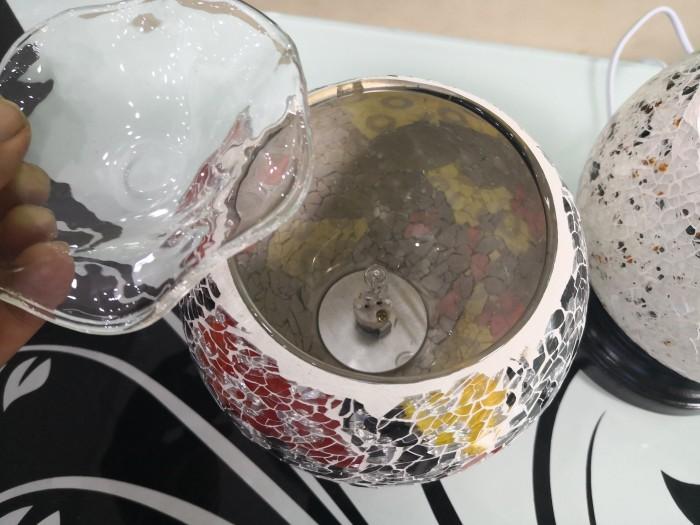 CÁCH SỬ DỤNG: Bước 1: cho 1 ít nước lên đĩa đựng tinh dầu (dùng nước ấm sẽ có hiệu quả cao hơn) Bước 2: ghim điện và bật công tắc, chờ 1phút cho nước ấm lên Bước 3: nhỏ vài giọt tinh dầu vào đĩa đựng tinh dầu. Bước 4: điều chỉnh cường độ sáng của đèn để giữ ấm dung dịch, khuếch tán mùi hương tinh dầu2