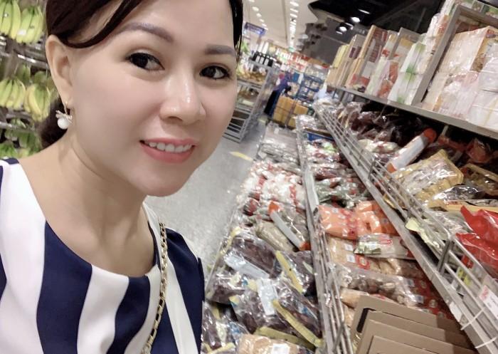 Hoa hậu áo dài doanh nhân thế giới Võ Thị Thu Sương  nhà sáng lập Đặc sản 82 Đang nhập nguyên liệu  tại Singapore