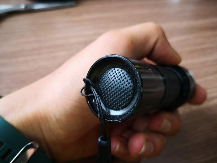 Thông Số:  - 21 LED UV: 395-400 nm  - Pin : 3xAAA (Sản phẩm không gồm pin lý do vận chuyển) - Led: 21 Bóng - Chất Liệu : Nhôm - Màu : Đen - Cân Nặng : 200g  * Bảo Hành: 1 Tháng6