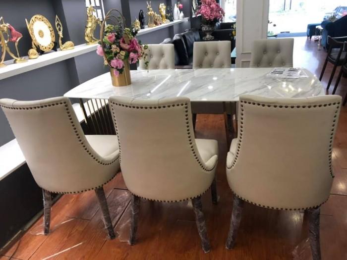 Bộ bàn ăn chân inox mạ titan vàng mặt đá kết hợp cùng ghế bọc da sang trọng2