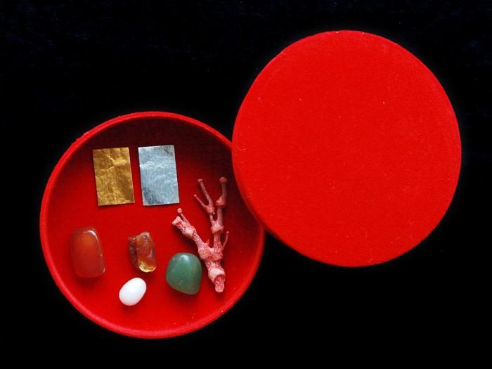 Bộ thất bảo số 3 được đặt trang trọng trong hộp nhung đỏ cao cấp1
