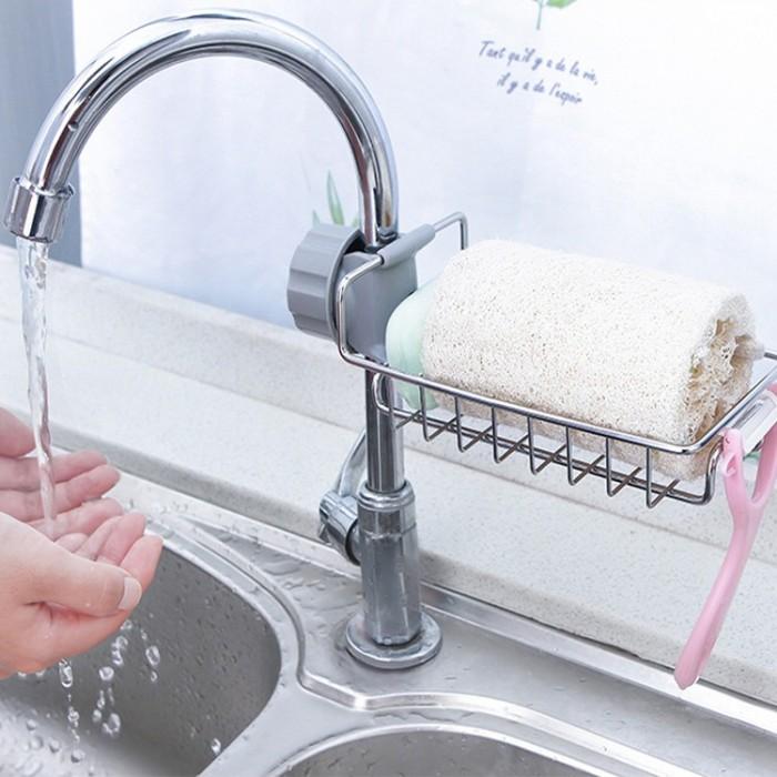 Tên sản phẩm: Khay Inox Gắn Vòi Rửa Chén Chất liệu: inox và nhựa Kích thướt: 22.5*6.5*10cm Sản phẩm làm bằng Inox cao cấp không gỉ, sáng bóng Kiểu dáng hiện đại, hiệu quả, bền bỉ theo thời gian Khay inox gắn vòi nước đựng vật dụng rửa chén là nơi cất giữ gọn gàng, khô ráo các vật dụng rửa chén.