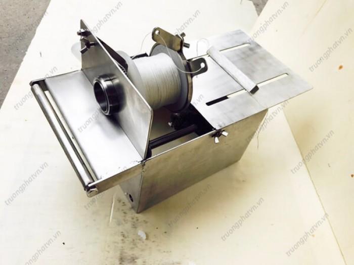 Máy buộc chỉ là thiết bị không thể thiếu trong quy trình sản xuất xúc xích trên quy mô nhỏ, vừa hay lớn. Máy được thiết kế vô cùng nhỏ gọn, tinh tế, sang trọng, mang lại hiệu quả cao trong quá trình sử dụng. 0