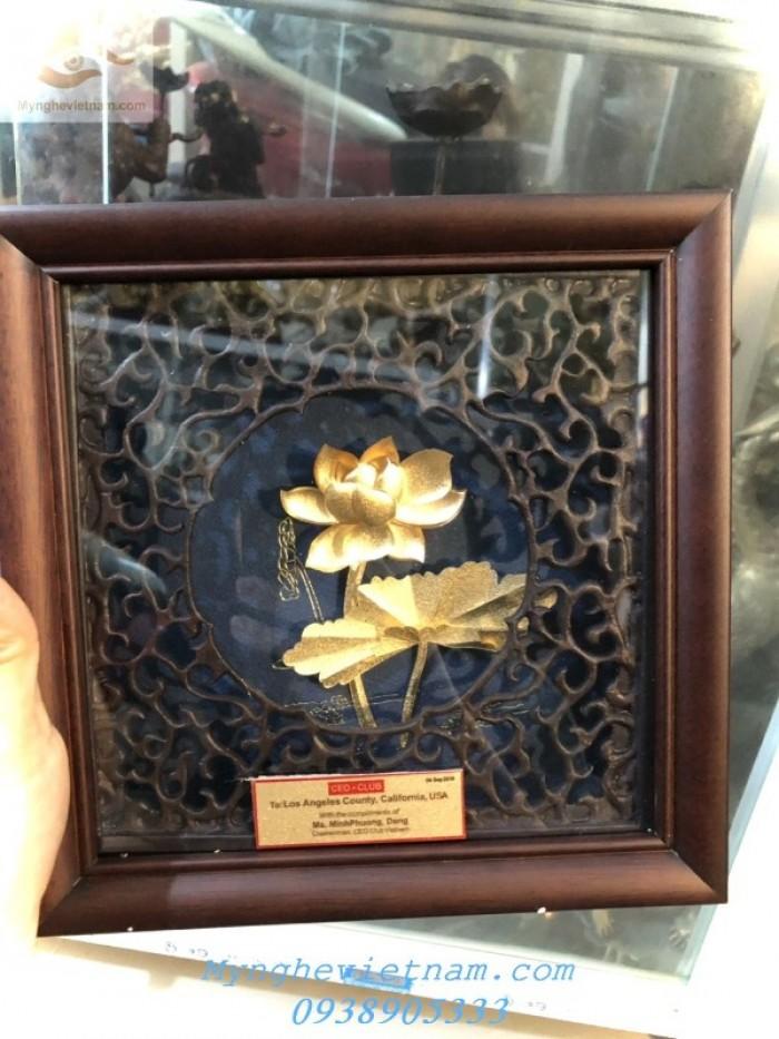 Quà tặng doanh nghiệp-Tranh hoa sen mạ vàng1