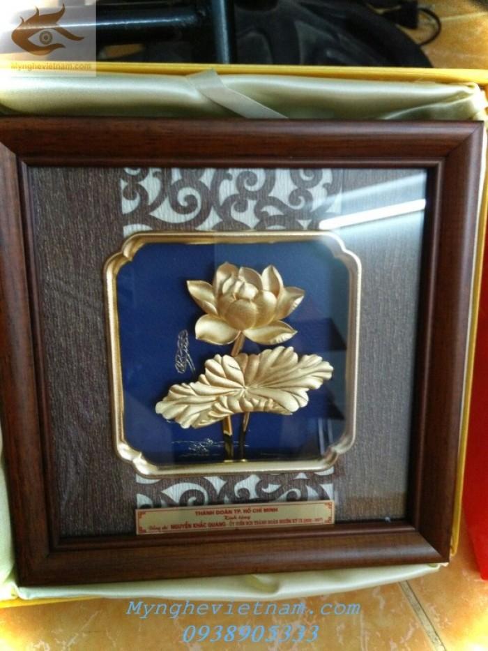 Quà tặng doanh nghiệp-Tranh hoa sen mạ vàng3