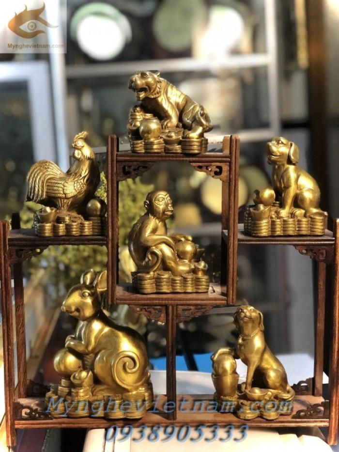Tượng chuột phong thủy bằng đồng nằm trên đống tiền phong thủy bên cạnh là đàn con biểu tượng cho hạnh phúc sung túc ấm áp đủ đầy. 0938 905 333 Tư vấn 24/241