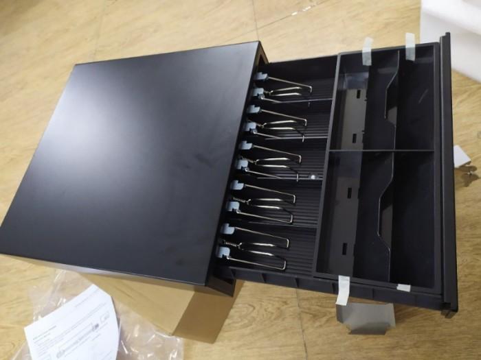 Ngăn kéo đựng tiền JJ410F được chia làm 9 ngăn, gồm 4 ngăn to và 5 ngăn nhỏ rất tiện dụng. Thu ngân có thể sử dụng 4 ngăn to để kẹp tiền có mệnh giá cao và 5 ngăn nhỏ để đựng hóa đơn, chứng từ hay các thẻ, tiền lẻ….1