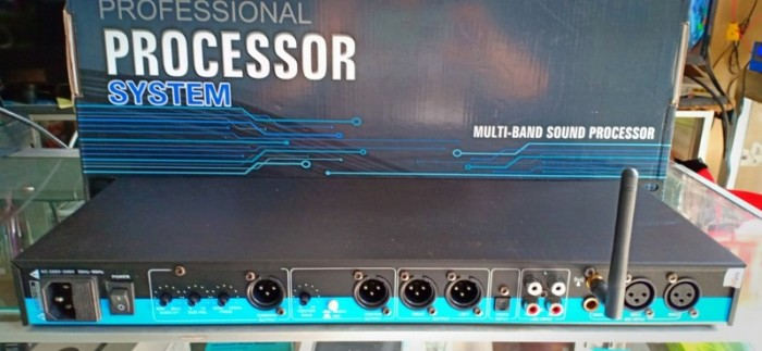 - Vang karaoke K-600 III Gồm có các kết nối 3 micro trước, 3 micro sau, 4 output cùng các chân cắm để cắm jack hoa sen2
