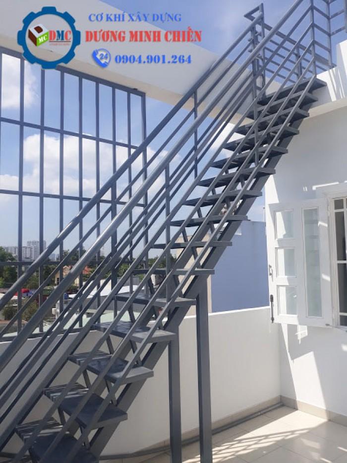 thang sắt lên mái nhà7