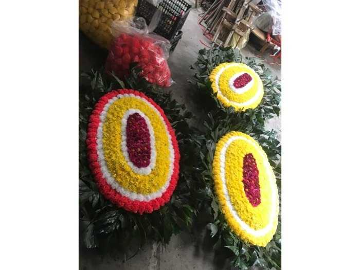 đặt vòng hoa viếng1