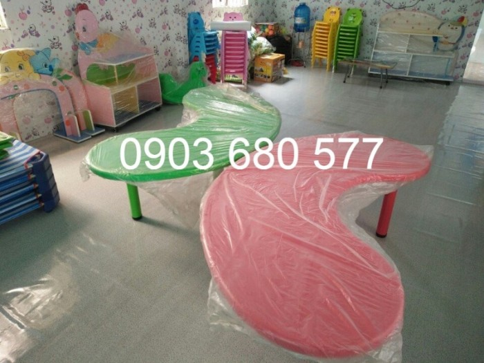 Cung cấp bàn nhựa hình vòng cung cho trẻ em mầm non9