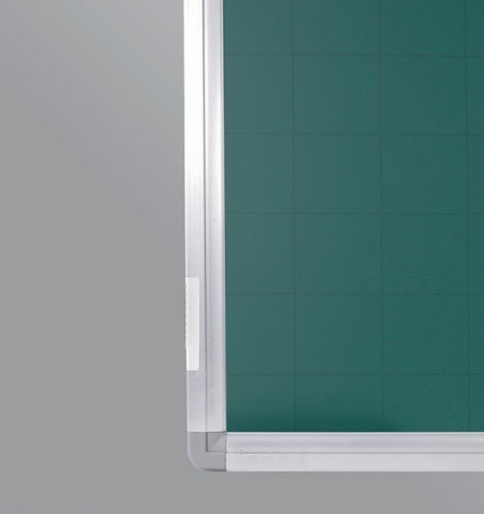 Bảng từ xanh viết phấn chống lóa Hàn Quốc kích thước nhỏ 40x60cm - rất phù hợp cho bé tập vẽ tập viết và tự học hay làm các con toán. - Kích thước mặt Bảng: H40xW60cm (H: Chiều rộng; W: Chiều dài). - Bề mặt Bảng nhập khẩu Hàn Quốc. Mặt bảng bằng tấm thép phủ sơn màu xanh dày 20 micromét theo tiêu chuẩn JIS G3312 của Hàn Quốc. - Mặt bảng kẻ ô vuông 5x5cm. Công dụng làm bảng viết phấn, chống lóa. Hít nam châm. Mặt đẹp viết tốt dễ lau. - Sử dụng với mọi loại phấn.0