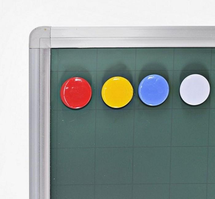 - Bề mặt Bảng nhập khẩu Hàn Quốc. Mặt bảng bằng tấm thép phủ sơn màu xanh dày 20 micromét theo tiêu chuẩn JIS G3312 của Hàn Quốc. - Mặt bảng kẻ ô vuông 5x5cm. Công dụng làm bảng viết phấn, chống lóa. Hít nam châm. Mặt đẹp viết tốt dễ lau.2