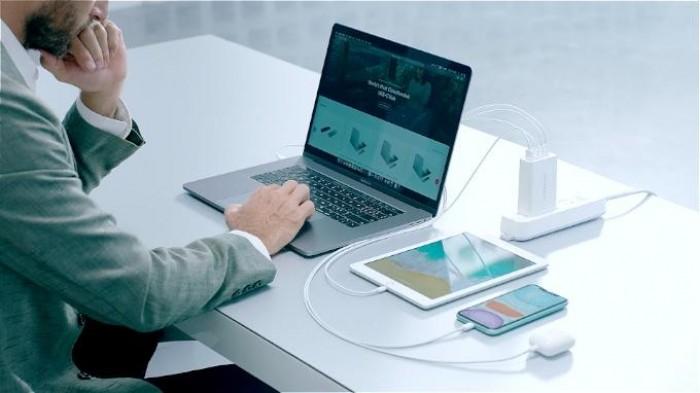 """Với rất nhiều thiết bị điện tử được cấu tạo dày đặc trong một không gian nhỏ bé, nó trực tiếp tác động đến việc sinh nhiệt và tản nhiệt trong một không gian nhỏ như vậy.Hyper đã đo nhiệt độ trên 30 điểm của bộ sạc HYPERJUICE GAN 100W trong khi nó đang sạc MacBook Pro 15 """"từ mức pin 0% đến 100%. Nhiệt độ linh kiện bên trong không vượt quá 90ºC trong khi nhiệt độ vỏ bên ngoài không vượt quá 60ºC, đánh bại các tiêu chuẩn công nghệ trước đó lần lượt 130ºC và 65ºC. HYPERJUICE GAN 100W tạo ra nhiệt ít hơn các bộ sạc khác vì nó cực kỳ hiệu quả, khoảng 95% (so với bộ sạc Apple với hiệu suất 91%). Như trong bức ảnh trên, với công suất đầu vào 106,4W, HyperJuice Ga có thể tạo ra 100,72W (20.149 * 4.999). 100,72W / 106,4W = 95%.4"""