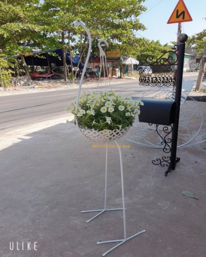 Kệ hoa con hạc sắt nghệ thuật được thiết kế chuyên nghiệp và tinh xảo. Sắt nghệ thuật sang trọng kết hợp với sự sinh động của hoa cỏ hòa quyện vào nhau tạo ra dấu ấn vô cùng đặc biệt.