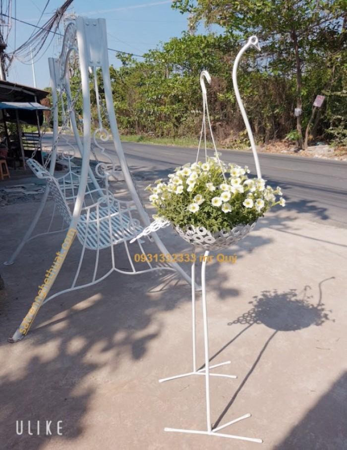 Kệ hoa con hạc có thể sử dụng nó như một món đồ trang trí nhà cửa, sân vườn, shop bán hàng hoặc có thể dùng nó như một món quà tặng ý nghĩa.