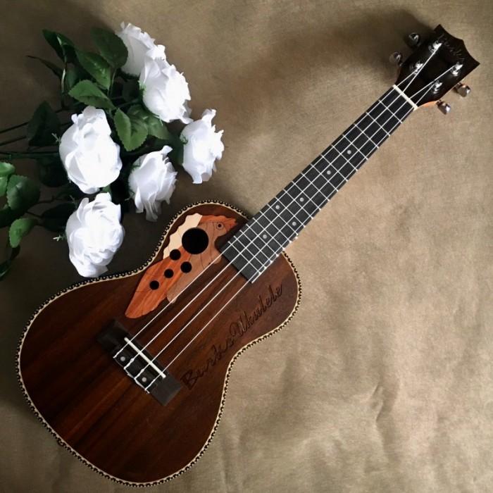Đẹp đến từng đường nét.  #Infor: • Size: Concert 23' (58 cm). • Chất liệu:  + Lưng và hông: gỗ cẩm lai. + Mặt đàn: gỗ cẩm lai. • Đánh giá âm thanh: Tốt. • Thích hợp dùng tập chơi và cả dùng chơi lâu dài.2