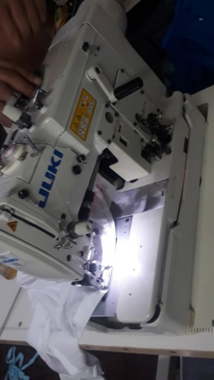 Nơi bán Máy Khuy Juki Liền Trục LBH-781, máy thùa khuy Juki liền trục, máy thùa khuy juki mới chất lượng, giá rẻ, bảo hành uy tín nhất khu vực TP.HCM, miền nam. Thông số kỹ thuật máy thùa Khuy liền trục LBH-781: Nhãn hiệu: Juki Model: LBH 781 Loại máy: Máy thùa khuy đầu bằng Tốc độ tối đa (mũi/phút): 3600 Kích thước khuy (mm):  6.4 – 38.1mm Độ nâng bàn kẹp tối đa (mm): 12mm Số mũi khâu:  54 ~ 345 (theo phương pháp thiết bị thay đổi) Kim: DP × 5 # 11J, 134 Nm75 Anh Chị em có nhu cầu mua máy Thùa khuy JUKI Liền Trục LBH-781 hàng chất lượng giá rẻ tại KHO đừng ngần ngại gọi ngay cho BỘ PHẬN BÁN HÀNG để được tư vấn tận tâm, báo giá chi tiết! ĐT: 0932.67.65.09 gặp Tuấn