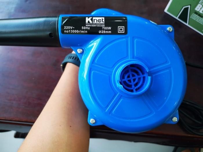 Thông số kỹ thuật: • Công suất: 700W.   • Tốc độ không tải 0 – 13.000 vòng / phút.   • Kích thước: dài 400mm.   • Trọng lượng 1.9kg.   • Thể tích khí: 3.5 m3/ giây.  • Sử dụng điện 220V  • Thiết kế gọn nhẹ  • Dễ dàng sử dụng  • Sức gió thổi mạnh  • Có thể hút bụi trong các ngõ ngách Sản phẩm gồm: 1 x sản phẩm, 1 x box sản phẩm, 1 x tui đựng bụi, 1 x đầu nối dài.8