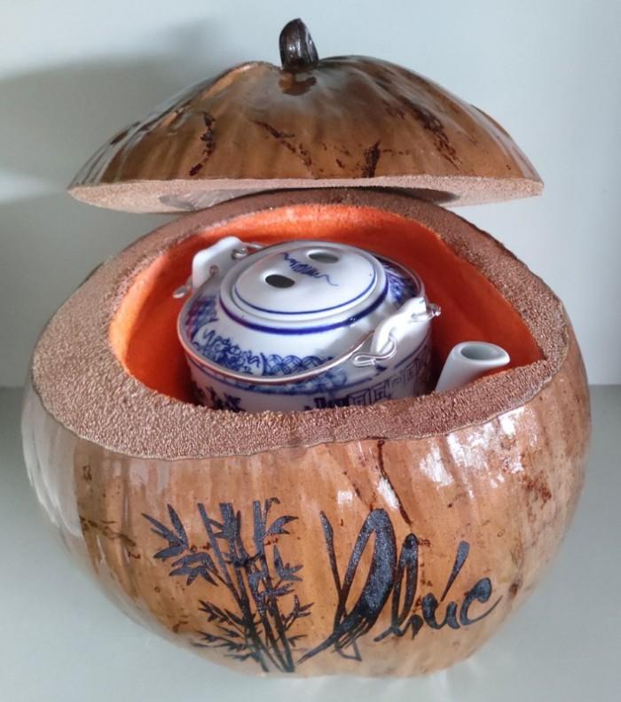 """Combo Vỏ + bình trà trái dừa hoa văn chữ: """"Phúc""""; """"Lộc""""; """"Thọ""""2"""
