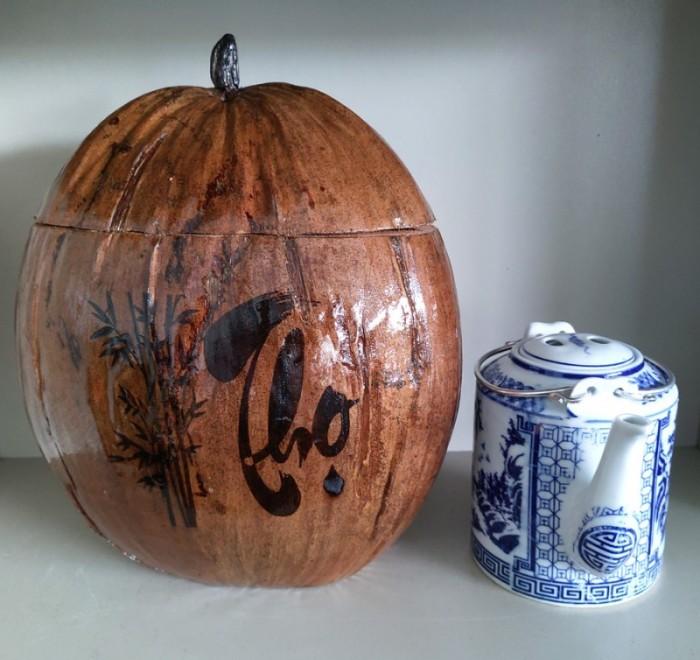 """Combo Vỏ + bình trà trái dừa hoa văn chữ: """"Phúc""""; """"Lộc""""; """"Thọ""""0"""