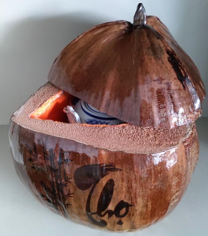 """Combo Vỏ + bình trà trái dừa hoa văn chữ: """"Phúc""""; """"Lộc""""; """"Thọ""""1"""