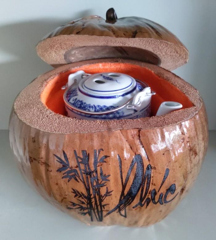 """Combo Vỏ + bình trà trái dừa hoa văn chữ: """"Phúc""""; """"Lộc""""; """"Thọ""""9"""