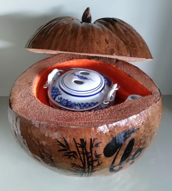"""Combo Vỏ + bình trà trái dừa hoa văn chữ: """"Phúc""""; """"Lộc""""; """"Thọ""""5"""