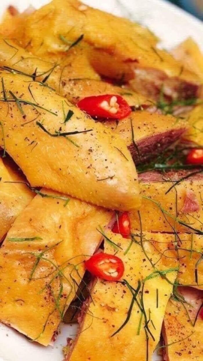 GÀ HOA TIÊU (gà hấp lá chanh): 110k/nửa con  Gà Muối đậm đà hơn thịt gà luộc, không bị ngấy như thịt gà rán, thịt gà muối là sự lựa chọn giúp bữa cơm thêm đậm đà và hấp dẫn hơn nhiều.  Khi thưởng thức món Gà Muối Hoa Tiêu vẫn cảm nhận được hương vị đậm đà, thơm ngon và đặc biệt không làm mất đi mùi vị đặc trưng của thịt gà thông thường, mang đến cho bữa ăn gia đình thêm ý nghĩa và trọn vẹn hơn11