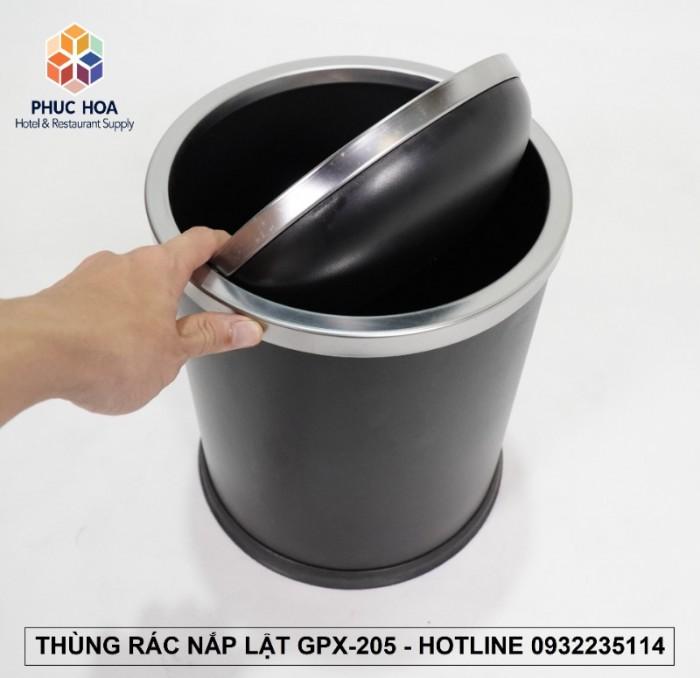 Thông tin sản phẩm - Mã sản phẩm: GPX-205 - Kích thước: Ф245*295 mm - Cấu tạo: Hình trụ tròn, 1 lớp, 1 nắp có thể tháo rời, nắp lật ( bập bênh) - Chất liệu: Thân thép sơn tĩnh điện, nắp inox trắng bạc, Chân đến cao su chống gỉ trong môi trường nước, tăng ma sát chống trơn trượt - Nắp inox ngăn mùi hiệu quả, tự động cân bằng và đóng kín sau khi bỏ rác vào thùng - Màu sắc: đen, trắng bạc, trắng xước, vàng gold - Giá bán lẻ 400,000 VNĐ 1