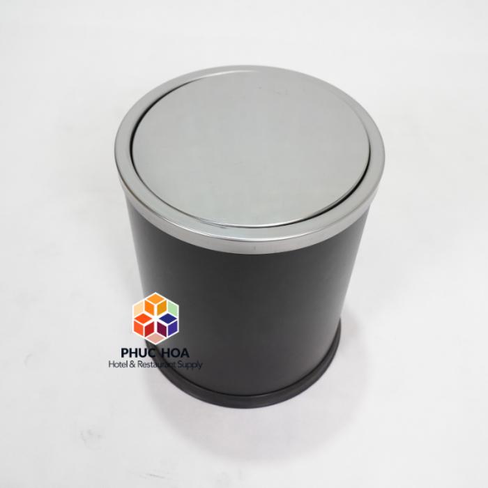 Thông tin sản phẩm - Mã sản phẩm: GPX-205 - Kích thước: Ф245*295 mm - Cấu tạo: Hình trụ tròn, 1 lớp, 1 nắp có thể tháo rời, nắp lật ( bập bênh) - Chất liệu: Thân thép sơn tĩnh điện, nắp inox trắng bạc, Chân đến cao su chống gỉ trong môi trường nước, tăng ma sát chống trơn trượt - Nắp inox ngăn mùi hiệu quả, tự động cân bằng và đóng kín sau khi bỏ rác vào thùng - Màu sắc: đen, trắng bạc, trắng xước, vàng gold - Giá bán lẻ 400,000 VNĐ 2