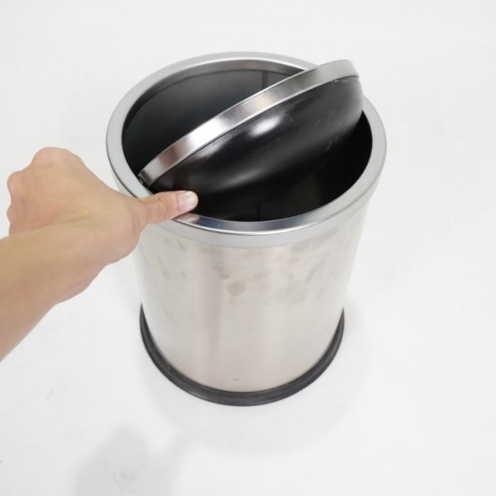 Thông tin sản phẩm - Mã sản phẩm: GPX-205 - Kích thước: Ф245*295 mm - Cấu tạo: Hình trụ tròn, 1 lớp, 1 nắp có thể tháo rời, nắp lật ( bập bênh) - Chất liệu: Thân thép sơn tĩnh điện, nắp inox trắng bạc, Chân đến cao su chống gỉ trong môi trường nước, tăng ma sát chống trơn trượt - Nắp inox ngăn mùi hiệu quả, tự động cân bằng và đóng kín sau khi bỏ rác vào thùng - Màu sắc: đen, trắng bạc, trắng xước, vàng gold - Giá bán lẻ 400,000 VNĐ 4