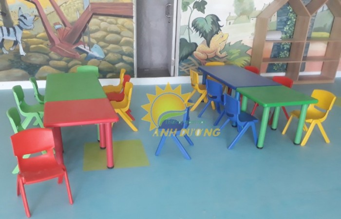Cung cấp bàn nhựa mầm non hình vuông cho trẻ em học tập, vui chơi1