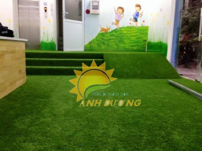 Thảm cỏ nhân tạo cao cấp cho trường mầm non, sân chơi trẻ em, sân bóng đá1