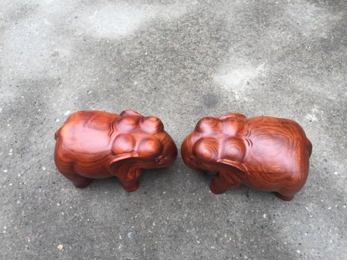 Cặp tượng voi nguyên khối gỗ hương dài 20 cm2