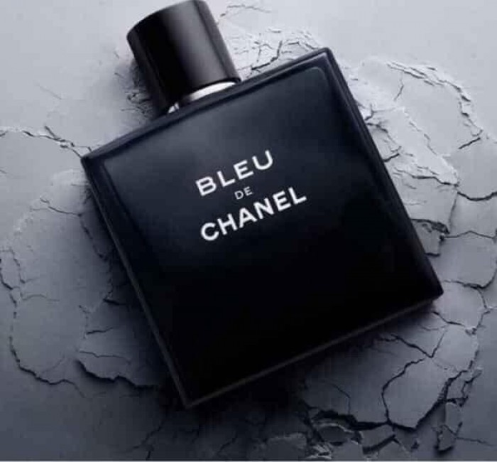 """𝐂𝐇𝐀𝐍𝐄𝐋 𝐁𝐋𝐄𝐔 𝐄𝐃𝐓   –  𝐥ô𝐢 𝐜𝐮ố𝐧 𝐝à𝐧𝐡 𝐜𝐡𝐨 𝐩𝐡á𝐢 𝐦ạ𝐧𝐡: 2500k/chai 100ml       -   Đưa người ta bước qua từng cung bậc rất khác biệt của cảm xúc chính là thành công mà Bleu De Chanel EDT làm được.       -  Và lớp hương cuối của Bleu de Chanel như người đàn ông lịch lãm, bản lĩnh, từng trải và có sức hút đầy ma mị. Là sự kết hợp cực kỳ hoàn hảo của hương gỗ tuyết tùng, hương nhang, hương gỗ phách đã tạo nên một loại hương ngọt, ấm và đầy cuốn hút.       -   Nếu bạn là người """"lười"""" đem theo nước hoa mỗi ngày thì hẳn nhiên Bleu De Chanel chính là lựa chọn hoàn hảo dành cho bạn. Bởi với lý do thật đơn giản, bạn sẽ không tìm được mùi hương nào bám mùi lâu hơn Chanel Bleu đâu nhé. Thật khó tin là Blue lại có thể lưu hương tới tận 12 tiếng giúp bạn tự tin, lịch lãm suốt ngày dài.1"""
