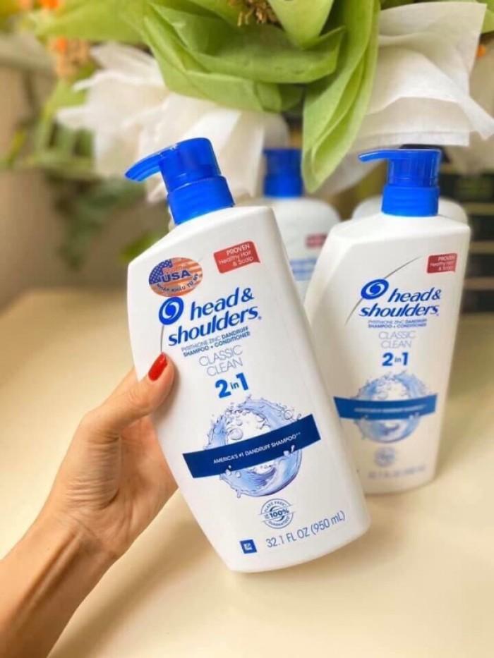Dầu Gội Trị Gàu 𝐇𝐞𝐚𝐝&𝐬𝐡𝐨𝐮𝐥𝐝𝐞𝐫s 𝐂𝐥𝐚𝐬𝐬𝐢𝐜 𝐂𝐥𝐞𝐚𝐧 2in1 (Mỹ): 340k/chai 950ml  1. Làm mềm mượt tóc. 2. Cung cấp và giữ độ ẩm cho tóc. 3. Cung cấp dưỡng chất thiết yếu cho tóc. 4. Cân bằng lượng dầu trên tóc. 5. Giảm gãy, rụng tóc. 6. Chống lại tác động của ánh nắng mặt trời. 7. Làm sạch da đầu, sạch gàu, ngăn ngừa sự trở lại của gàu  Được sản xuất theo quy trình nghiêm ngặt về an toàn về sức khỏe, không chứa hóa chất gây hại.2