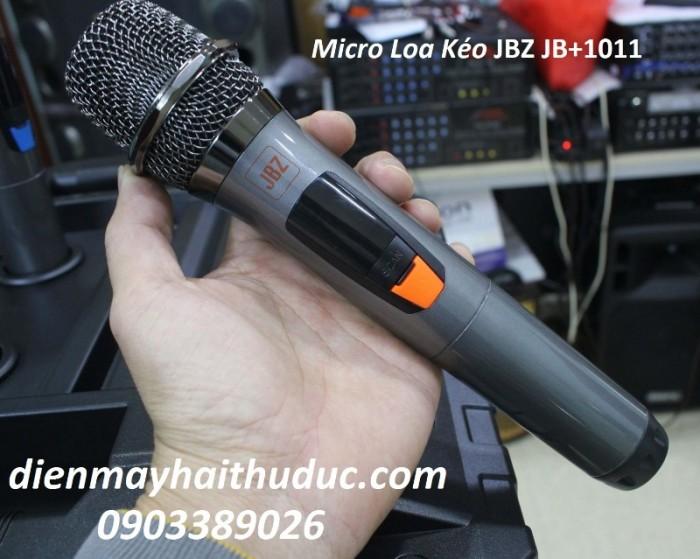 Loa kéo di động JBZ JB+1011 với 2 micro không dây đi kèm, micro cầm đầm tay và rất chắc chắn.2