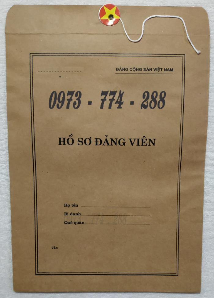 Bán quyển lý lịch của người xin vào Đảng13
