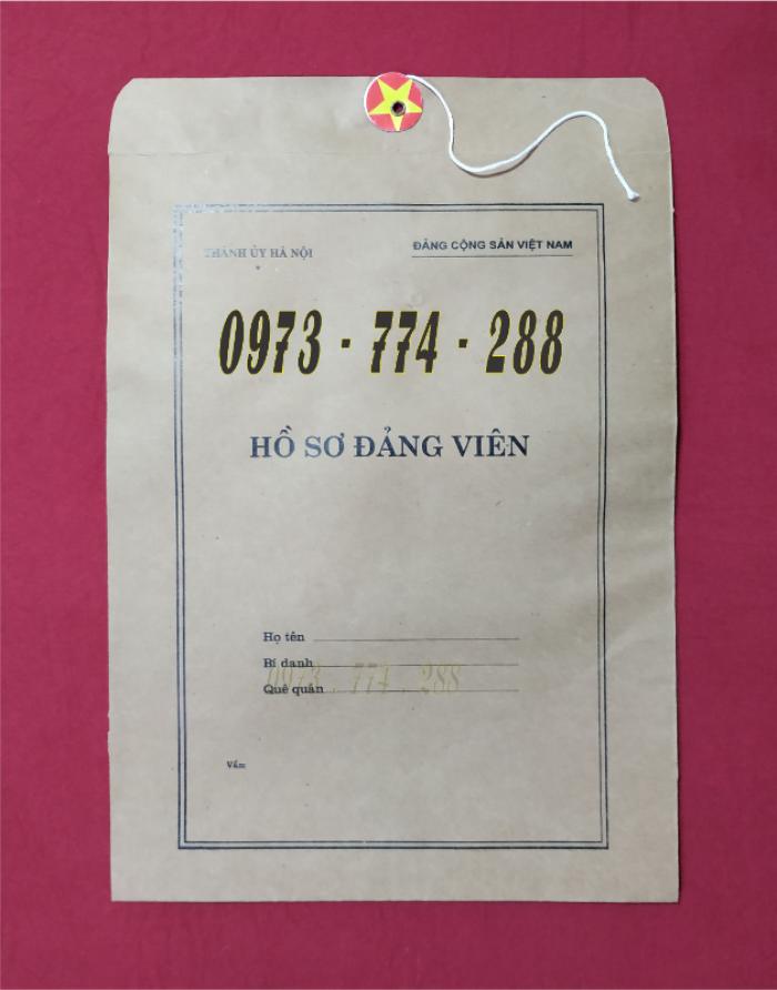 Bán quyển lý lịch của người xin vào Đảng24