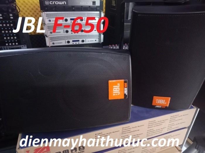 Loa treo tường JBL F-650 bên ngoài là một lớp sơn nhám màu trắng hoặc đen tạo nên một vẻ ngoài vô cùng sang trọng.3