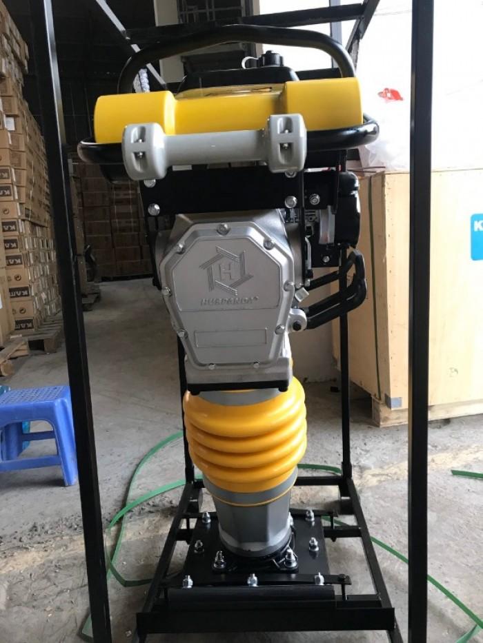Máy đầm cóc có 2 bộ phận chính là động cơ đầm cóc và bộ phận chân đầm.1