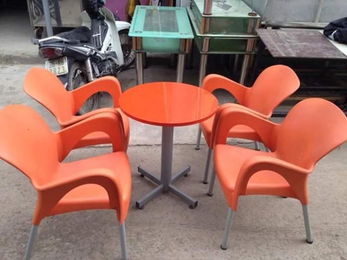 Cần thanh lý 10 bộ bàn ghế nhựa đúc chân sắt cà phê cực đẹp,giá cực rẻ..1