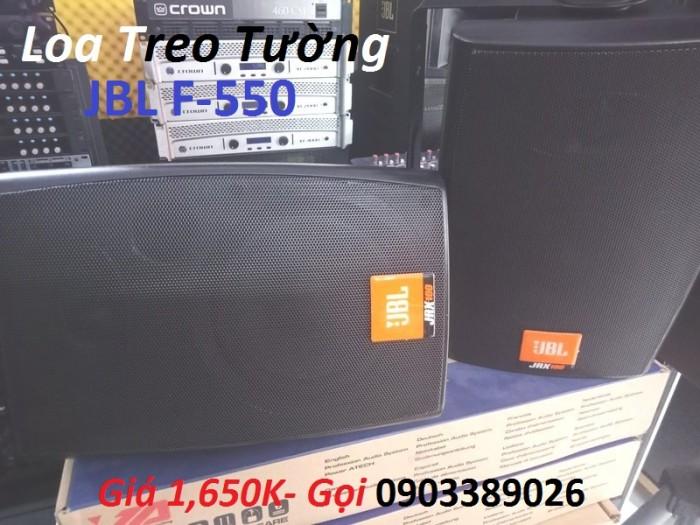Loa treo tường JBL F-550 chỉ 2 cặp loa được bố trí hợp lý là phát âm được khá xa với không gian hội trường 50M. 1