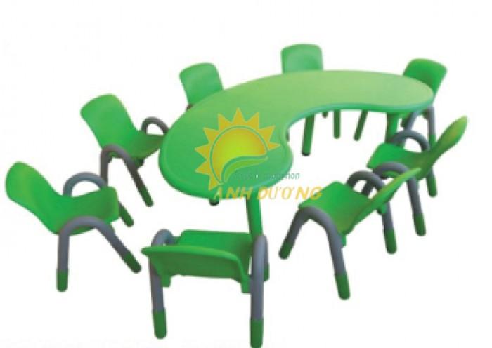 Chuyên cung cấp bàn nhựa hình vòng cung cho bé mẫu giáo, mầm non0