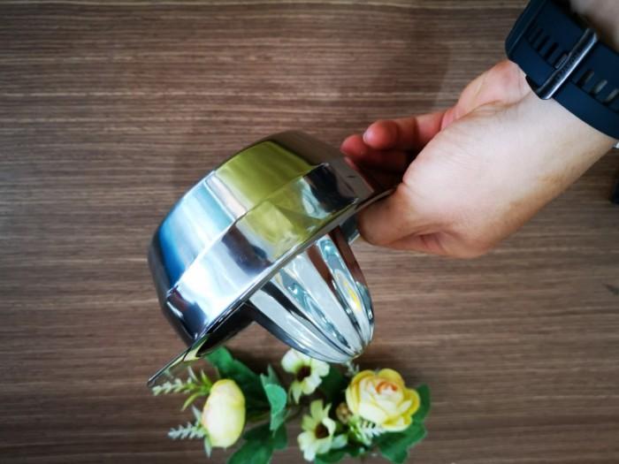 Đặc điểm nổi bật của dụng cụ vắt cam inox VC01  -        Thiết kế đơn giản -        Chất liệu inox an toàn -        Dễ vệ sinh, bảo quản -        Dung tích lớn # Kích Thước: 17x13x5 cm