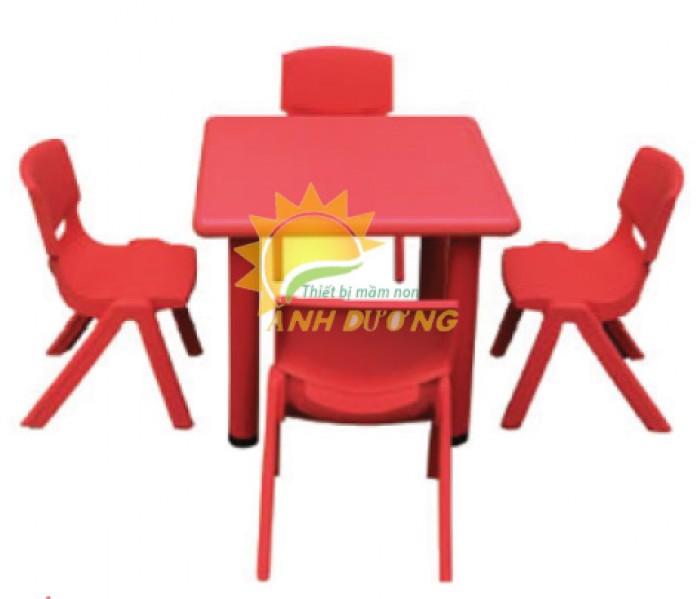 Cần bán bàn nhựa hình vuông nhỏ gọn, chắc chắn cho trẻ em mầm non1