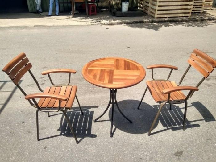 Bộ bàn ghế gỗ dầu có thể chịu mưa chịu nắng hòa hợp với mọi không gian0